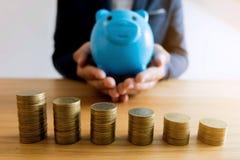 Бизнесмены сохраняя деньги финансы яичка диетпитания принципиальной схемы предпосылки золотистые стоковые изображения
