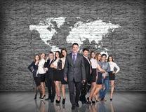 Бизнесмены стойки на большой предпосылке карты Стоковое Изображение