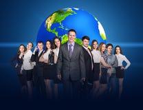 Бизнесмены стойки с большой землей Стоковая Фотография RF