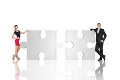 2 бизнесмены стоящие близко части головоломки Стоковое Изображение RF