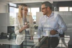 Бизнесмены стоя в офисе и имея пролом Дело w Стоковая Фотография RF