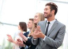Бизнесмены стоя в ряд смотрящ в таком же направлении и Стоковые Фото