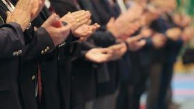 Бизнесмены стоя в строке на конференции - хлопать их руки сток-видео