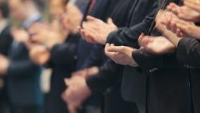 Бизнесмены стоя в строке на конференции - хлопающ их руки - рукоплескание видеоматериал