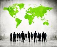 Бизнесмены стоя индивидуально и зеленое картоведение иллюстрация вектора