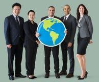 Бизнесмены стоя и держа значок глобуса Стоковое фото RF