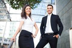 Бизнесмены стоя на лестницах внешних Стоковое Изображение RF