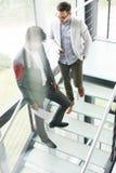 Бизнесмены стоя на лестницах Бизнесмены имея conv Стоковое Изображение RF