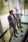 Бизнесмены стоя на лестницах Бизнесмены имея conv Стоковая Фотография RF