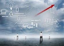 Бизнесмены стоя смотрящ вверх на схеме технологического процесса дела стоковое изображение