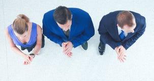 Бизнесмены стоя совместно и хлопая - topview Стоковые Изображения