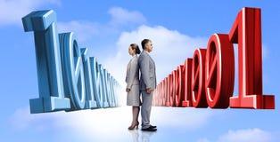 Бизнесмены стоя спина к спине с бинарным кодом Стоковая Фотография