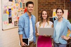 Бизнесмены стоя с компьтер-книжкой Стоковое Изображение