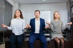 3 бизнесмены студентов oor размышляют или откладывают на таблице офиса Стоковая Фотография