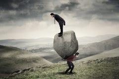 Бизнесмены с камнем на холме Стоковые Изображения RF