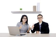 2 бизнесмены с компьтер-книжкой и большим пальцем руки вверх Стоковая Фотография