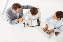 Бизнесмены с компьтер-книжкой и дневником на офисе Стоковая Фотография RF