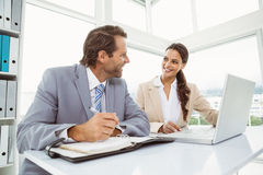 Бизнесмены с компьтер-книжкой и дневником на офисе Стоковое Изображение RF