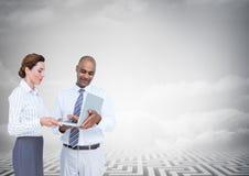 Бизнесмены с компьтер-книжкой под серым небом Стоковая Фотография