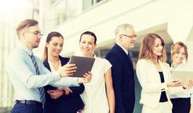 Бизнесмены с компьютерами ПК планшета на офисе стоковое фото rf