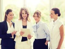 Бизнесмены с компьютером ПК планшета на офисе стоковое фото rf