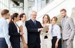 Бизнесмены с компьютером ПК таблетки на офисе Стоковые Фотографии RF
