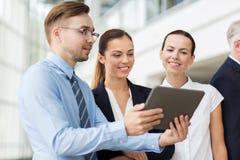 Бизнесмены с компьютером ПК таблетки на офисе Стоковые Изображения