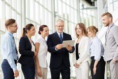 Бизнесмены с компьютером ПК таблетки на офисе Стоковая Фотография