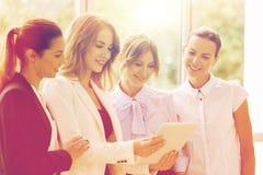 Бизнесмены с компьютером ПК таблетки на офисе Стоковое фото RF