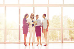 Бизнесмены с компьютером ПК таблетки на офисе Стоковое Изображение