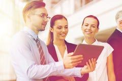 Бизнесмены с компьютером ПК таблетки на офисе Стоковое Фото