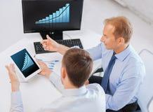 Бизнесмены с ПК и компьютером таблетки на офисе Стоковые Изображения