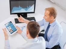 Бизнесмены с ПК и компьютером таблетки на офисе Стоковая Фотография RF