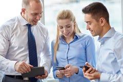 Бизнесмены с ПК и smartphones таблетки Стоковое Фото