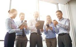 Бизнесмены с ПК и smartphones таблетки Стоковое фото RF