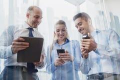 Бизнесмены с ПК и smartphones таблетки Стоковое Изображение RF