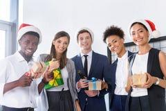 Бизнесмены с подарками в офисе Стоковое Изображение