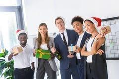 Бизнесмены с подарками в офисе Стоковая Фотография RF
