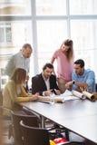 Бизнесмены с светокопией в конференц-зале Стоковые Изображения