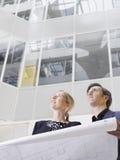 2 бизнесмены с светокопией в офисе Стоковые Изображения