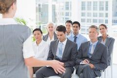 Бизнесмены слушая во время определять Стоковые Фотографии RF