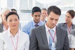 Бизнесмены слушая во время определять Стоковое фото RF