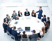 Бизнесмены слушая к представлению на семинаре Стоковое Изображение RF