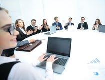 Бизнесмены слушая к представлению на семинаре Стоковое Фото
