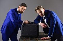 Бизнесмены с черным портфелем на темной предпосылке Стоковая Фотография RF