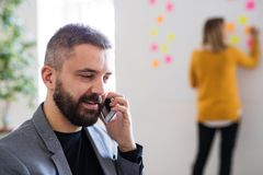 2 бизнесмены с smartphone в офисе Стоковые Изображения