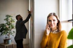 2 бизнесмены с smartphone в офисе Стоковые Изображения RF