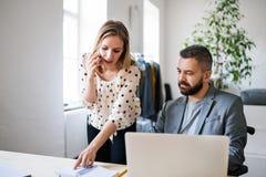 2 бизнесмены с smartphone в офисе Стоковая Фотография RF
