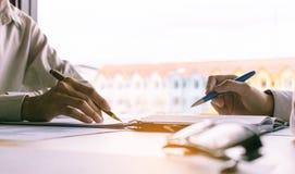 Бизнесмены тренируя на столе и работая совместно Стоковые Изображения RF
