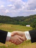 Бизнесмены трястия руки в зеленой природе Стоковые Фотографии RF